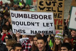 Opiskelijoiden mielenosoitus Englannissa opiskelijoiden etuuksien polkemista vastaan